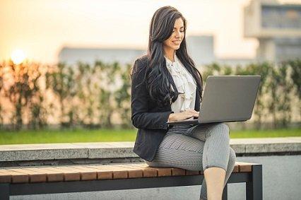 kobieta-na-lawce-w-parku-z-laptopem_0.jpg